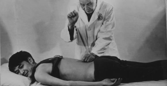 20世纪70年代郑怀贤教授为运动员治疗 (2)
