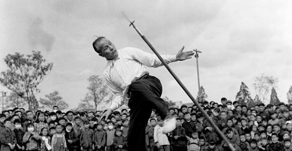 20世纪60年代郑怀贤教授表演飞叉绝技
