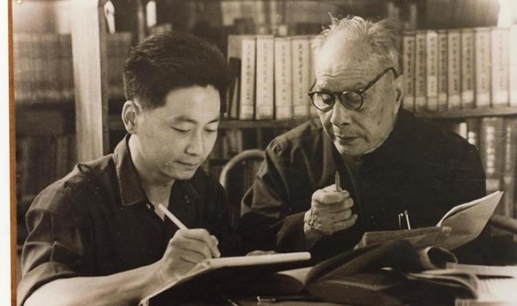 郑氏骨科创始人郑怀贤(右)指导代表传承人张世明(左)