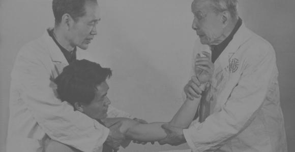 20世纪70年代郑怀贤教授用手法为病员复位