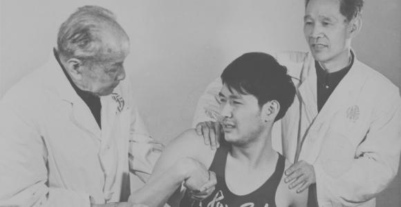 20世纪70年代郑怀贤教授为运动员治疗