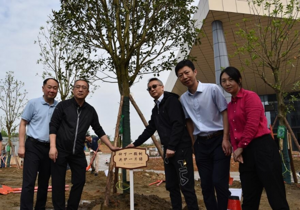 """种下美好与希望!四川省骨科医院天府新区医院开展""""第一颗树""""植树活动"""